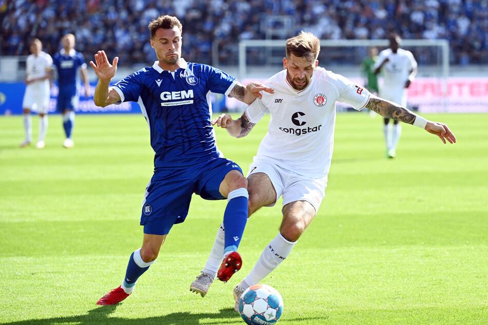 Der Karlsruher SC und der FC St. Pauli lieferten sich eine extrem intensive Partie. Hier kämpfen KSC-Profi Philip Heise (l.) und St. Paulis 2:0-Torschütze Guido Burgstaller um den Ball.