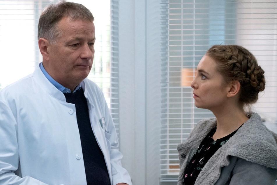 Saskia zeigt sich geschockt, als Roland Heilmann ihr von den gesundheitlichen Problemen ihres Mannes erzählt.