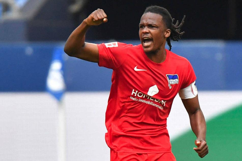 Dedryck Boyata feiert seinen wichtigen Treffer gegen den FC Schalke 04 am 31. Spieltag der vergangenen Bundesliga-Saison. Nach der EM könnte der Hertha-Kapitän in die Ligue 1 wechseln.