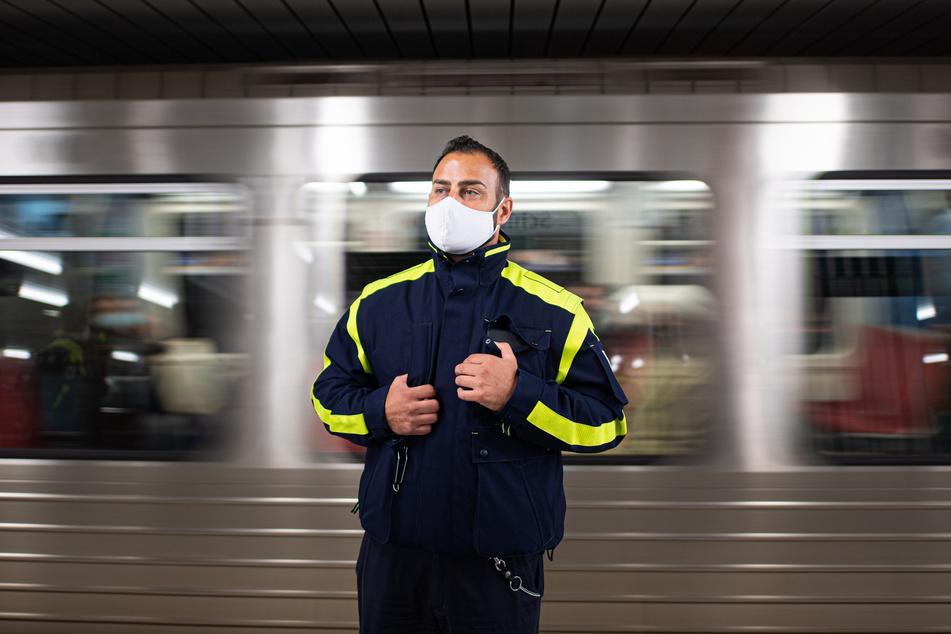 Ein Mitarbeiter der Hamburger Hochbahn-Wache kontrolliert die Einhaltung der Maskenpflicht.