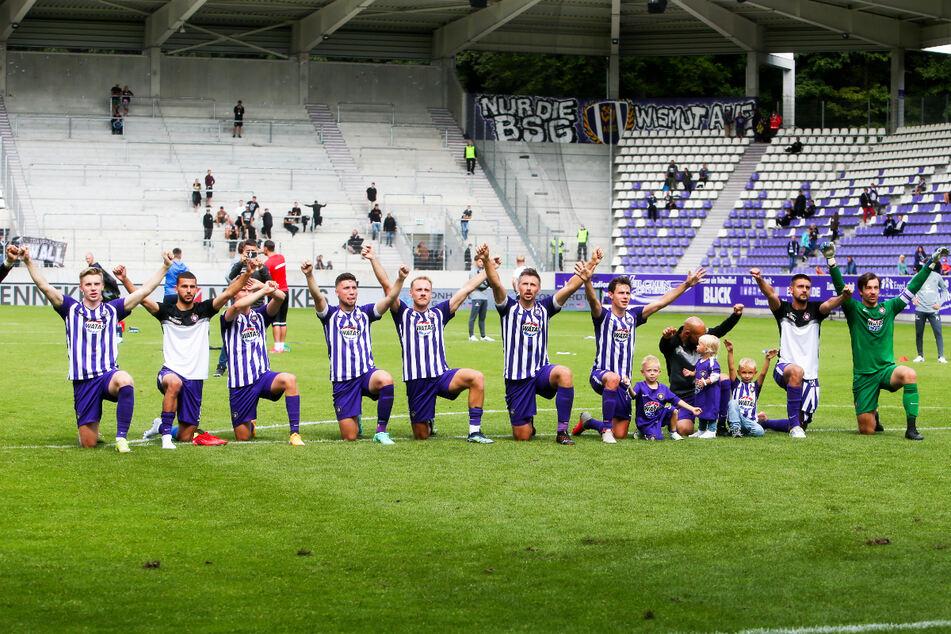 Die Fans honorierten die kämpferisch gute Leistung des FC Erzgebirge Aue während und nach dem Heimspiel gegen den FC St. Pauli.
