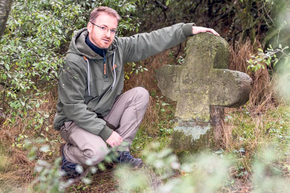 """Autor und Heimatforscher Matthias Schildbach (43) am Gedenkkreuz der """"Decollata""""."""