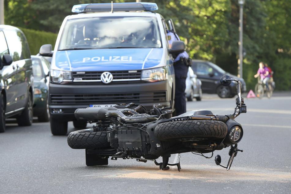 Der Motorradfahrer stürzte und musste in ein Krankenhaus gebracht werden.