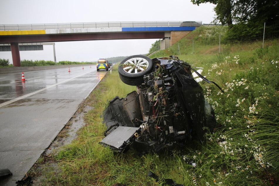 Der Fahrer des VW wurde bei dem Unfall auf der A9 schwer verletzt.