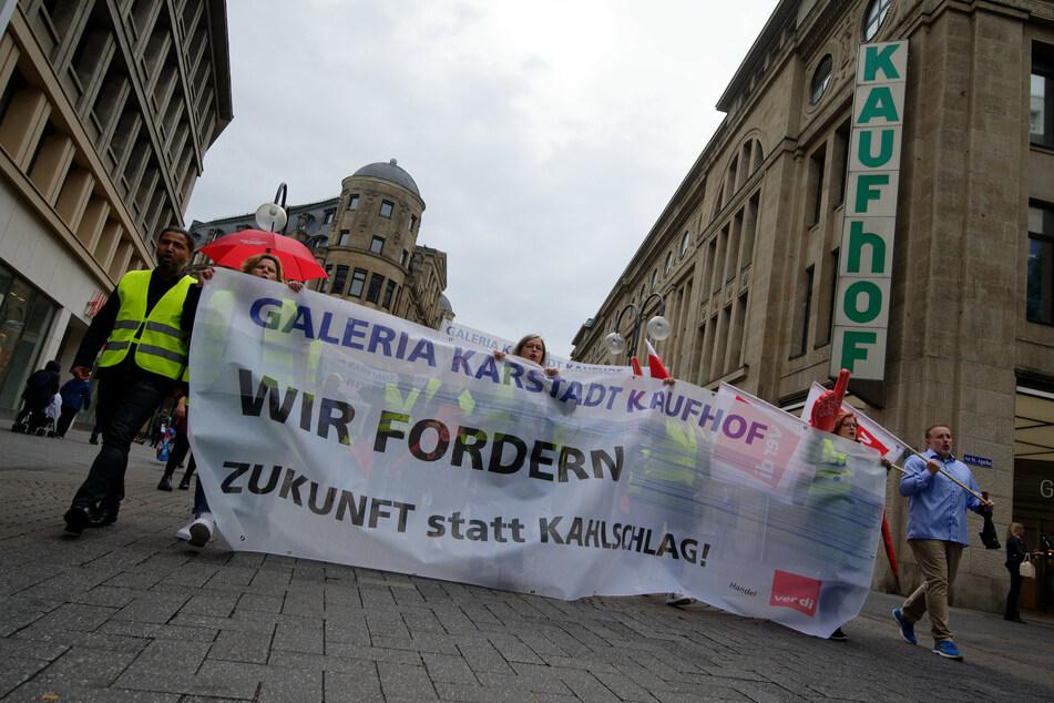 Teilnehmer einer Kundgebung gegen den Stellenabbau beim Kaufhauskonzern Galeria Karstadt Kaufhof demonstrieren vor einer Kaufhoffiliale in der Innenstadt.