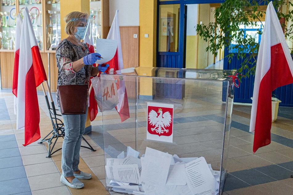 Eine Frau gibt ihre Wahlstimme in einem Wahllokal in Breslau ab. Mehr als 30 Millionen Polen waren am 28. Juni zur Wahl eines neuen Präsidenten aufgerufen. Trotz der Corona-Pandemie hat sich eine sehr hohe Wahlbeteiligung abgezeichnet.