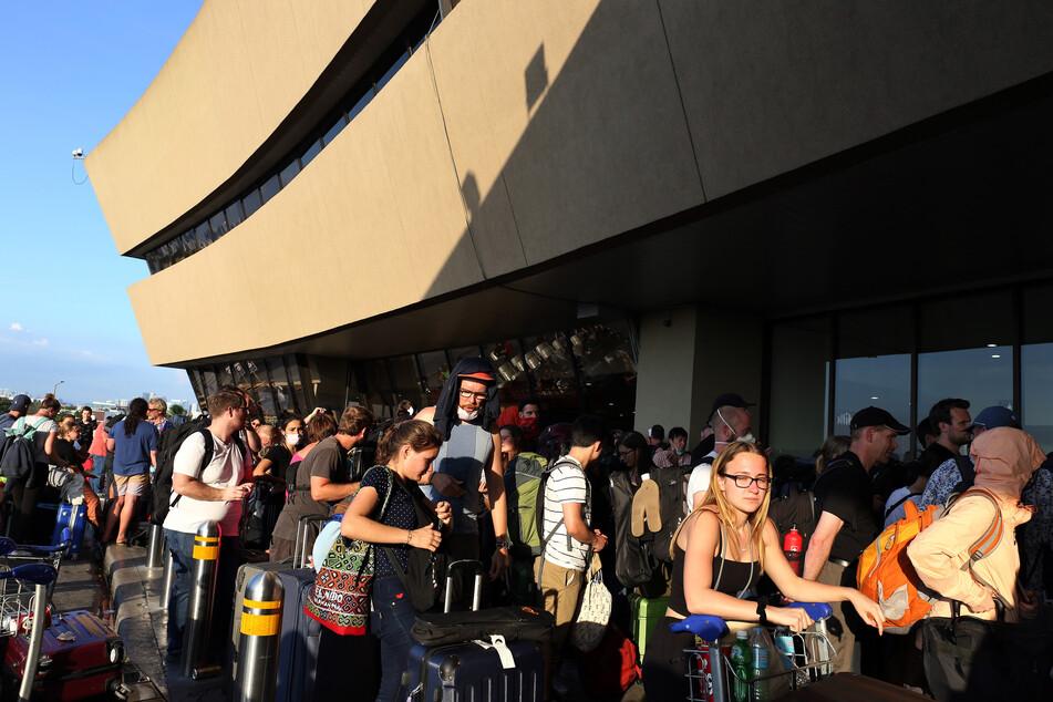 Touristen stehen am Flughafen. Mehr als 300 Deutsche warten im März auf dem internationalen Flughafen Ninoy Aquino auf einen Lufthansa-Flug, der von der deutschen Botschaft auf den Philippinen wegen der Covid-19-Pandemie gechartert wurde.