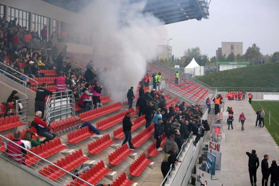 Evakuierung! Rauchschwaden über Zwickauer Stadion