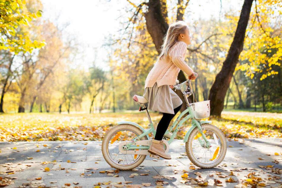 Ein Mädchen fährt auf ihrem Fahrrad. (Symbolfoto)