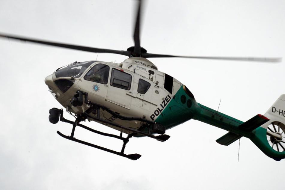 Die Polizei suchte unter anderem mit einem Hubschrauber nach den Tätern. (Symbolbild)