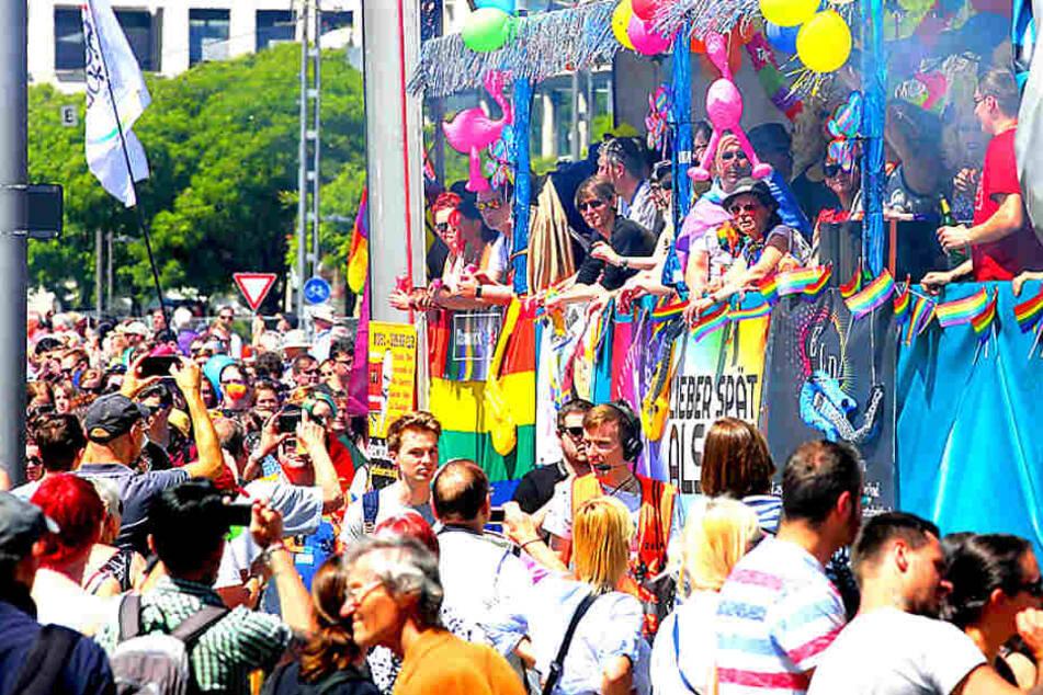 Tausende feiern auf den Demo-Trucks. Die Route führte vom Terrassenufer über  die Albertbrücke, durch die Neustadt und zurück zum Altmarkt.