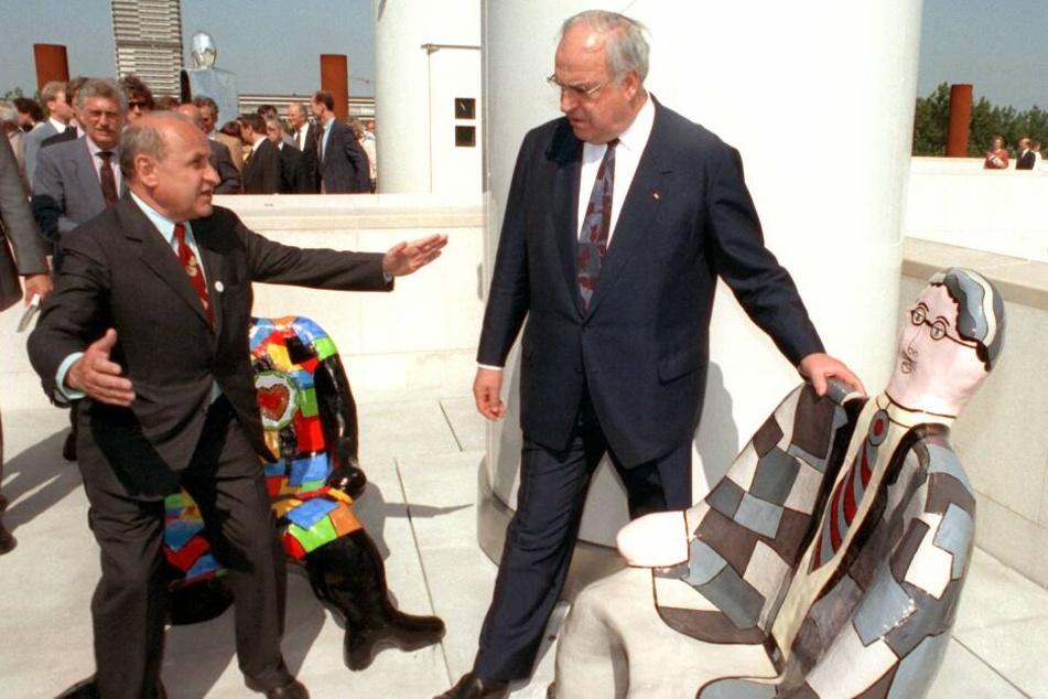 1992: Gestenreich diskutiert der Autor und Architekt Gustav Peichl (l) mit dem damaligen Bundeskanzler Helmut Kohl auf dem Dach der Bundeskunsthalle über die Skulpturen der französischen Künstlerin Nikki de Saint Phalle.
