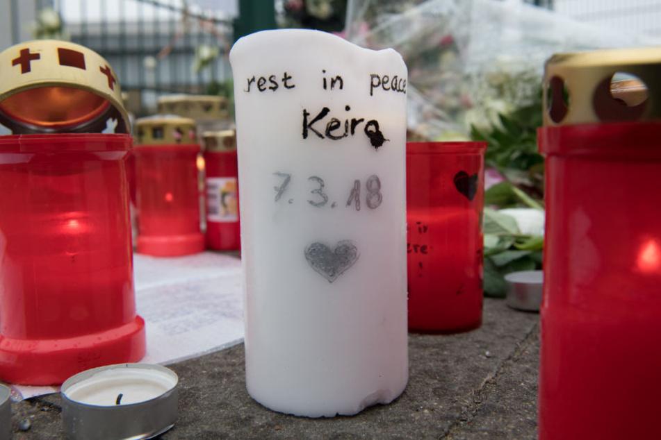 Vor der Eisschnellaufhalle in Berlin-Hohenschönhausen legten Passanten Blumen und Kerzen nieder.