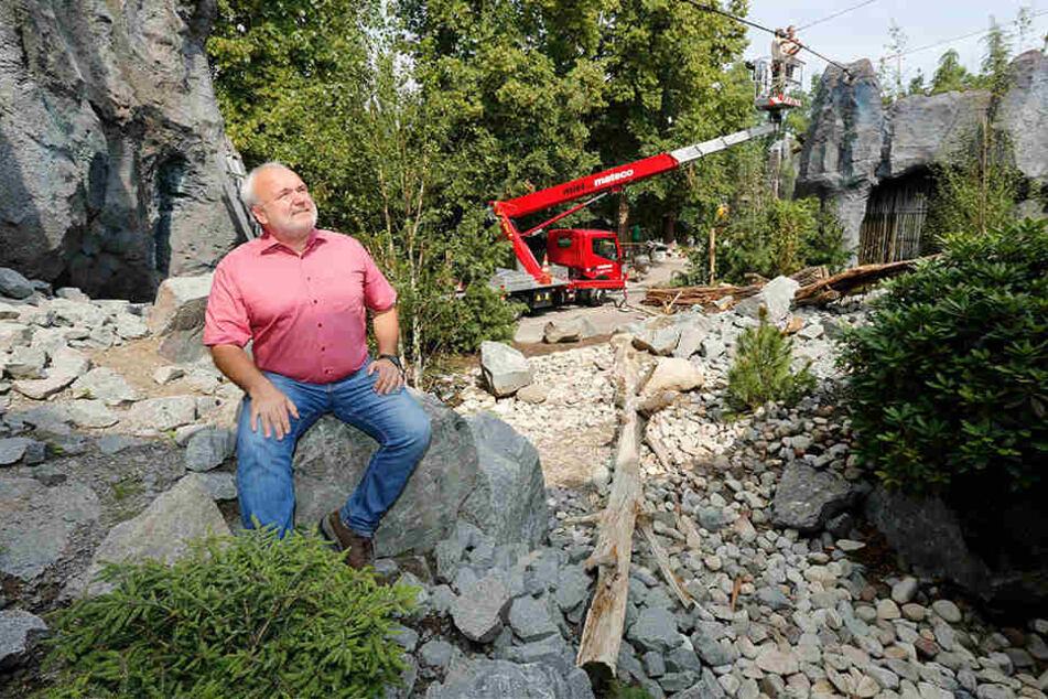 Zoodirektor Jörg Junhold mitten im neuen Schneeleoparden-Gehege. Dort sind die Bauarbeiten noch in vollem Gange.