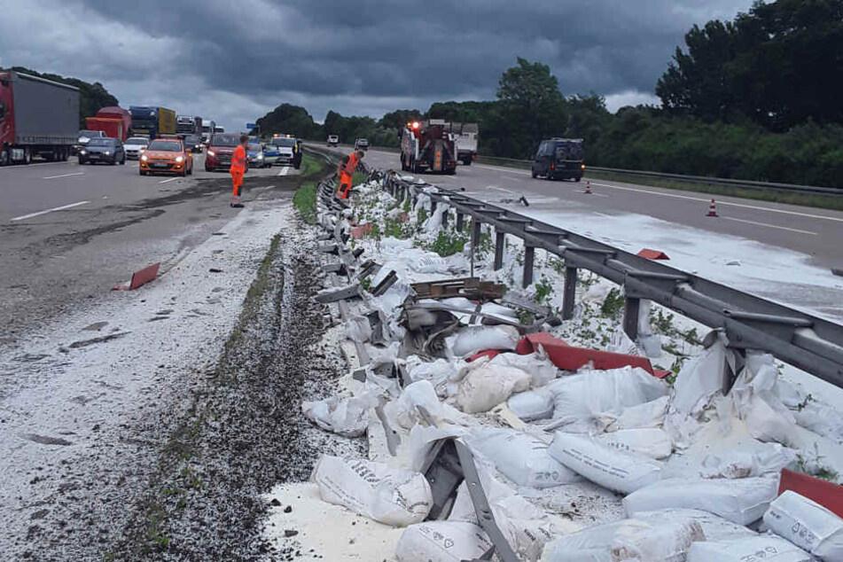 Die Ladung, Plastikgranulat, verteilte sich über die Autobahn.