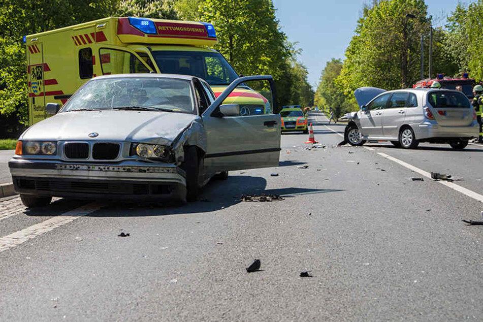 Schwerer Crash auf B101: Mehrere Verletzte, Vollsperrung