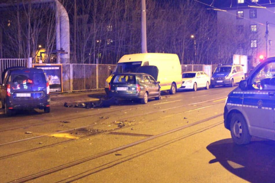 An der Ausfahrt des REWE-Parkplatzes stießen zwei Autos zusammen.