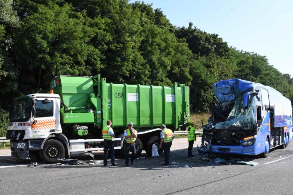 Durch den Aufprall auf den Müll-Laster (links) wurde die Front des Reisebusses vollkommen zerstört.