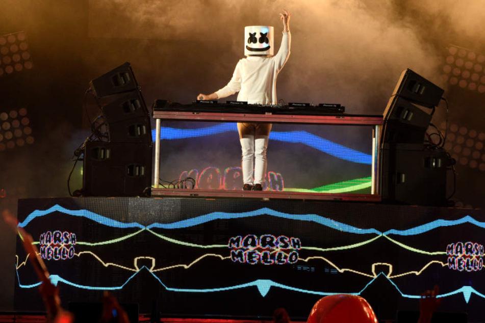 Verkleidet legt DJ Marshmello auf der Bühne auf (Archivfoto).