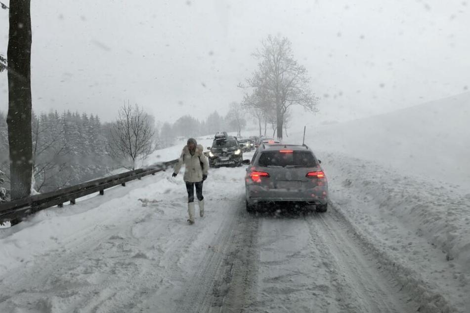 Schon am Sonntag gab es zahlreiche Behinderungen durch den Neuschnee, wie hier in Oberwiesenthal.