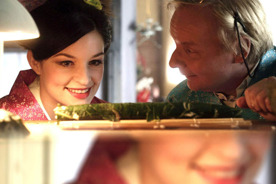 """In """"Sushi in Suhl"""" spielte 2012 Uwe Steimle (r.) den Wirt Rolf Anschütz, Ina Paule Klink verzaubert als Geisha Gisela."""