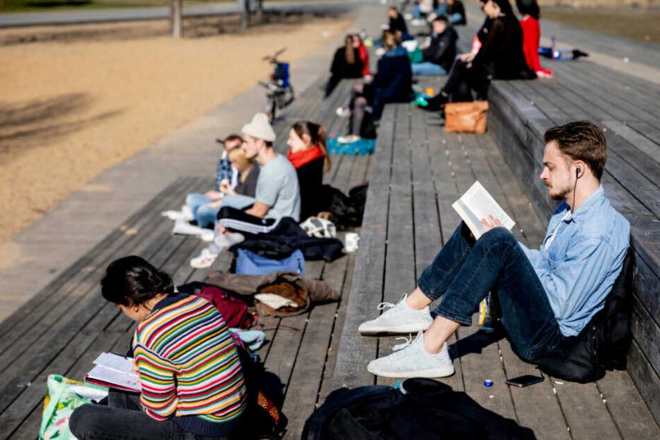 Berliner genießen am Park Gleisdreieck die Sonne.