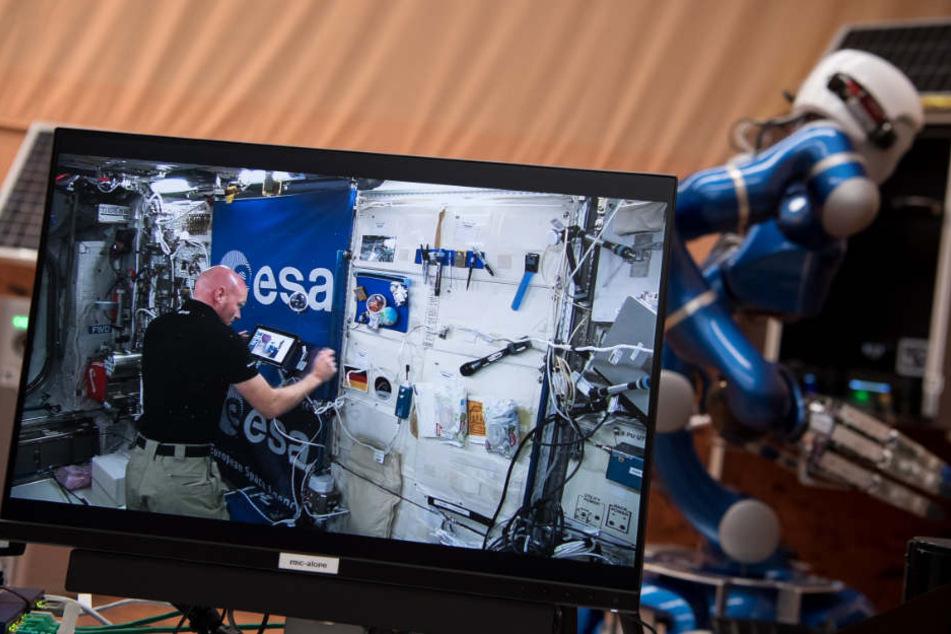 Alexander Gerst steuert den Roboter von der internationalen Raumstation ISS aus.
