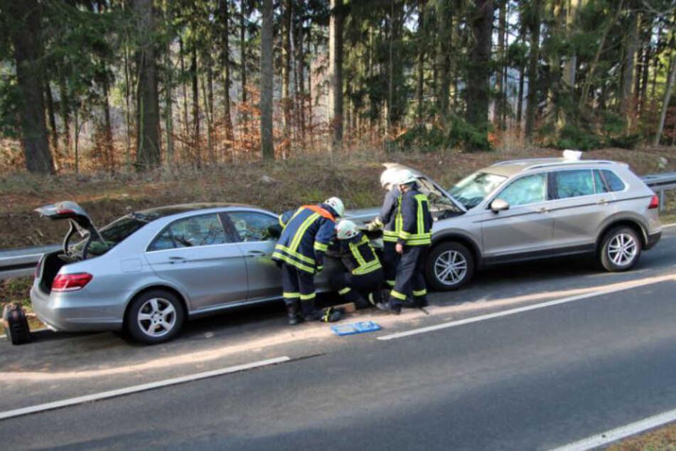 Zwei Autos stießen auf der B171 zwischen Hartmannsdorf-Reichenau und Hennersdorf frontal zusammen.