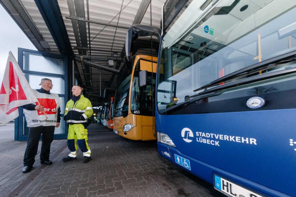 Streikende Busfahrer stehen in Lübeck (Schleswig-Holstein) in einem Busdepot.