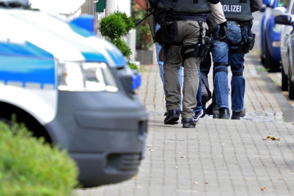 Brutaler Raubüberfall! Mitarbeiter durch offenes Fenster attackiert