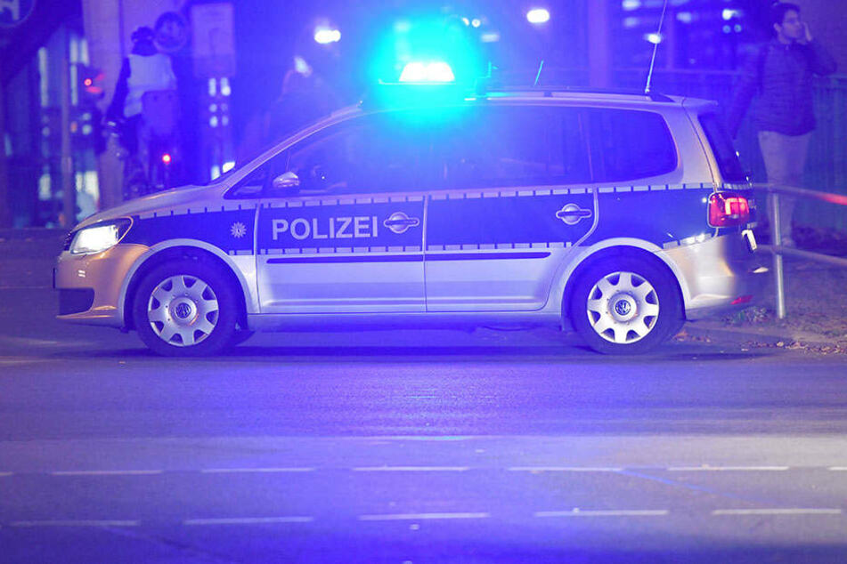 Ein 35-Jähriger ist bei seiner Flucht vor der Polizei auf den Streifenwagen aufgefahren. (Symboldbild)