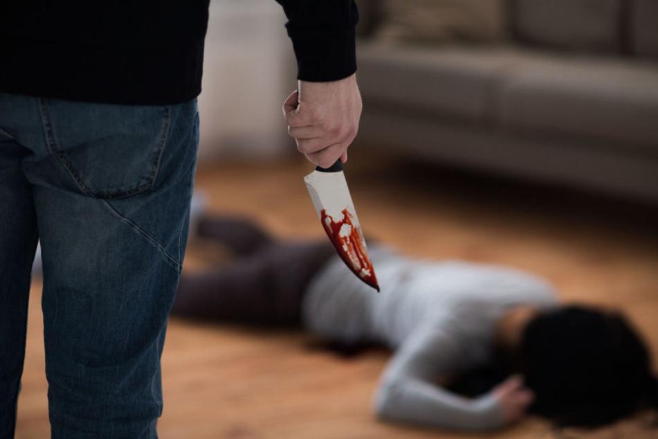 Der 27-Jährige stach ohne Vorwarnung auf seinen Mitbewohner ein und flüchtete (Symbolbild).