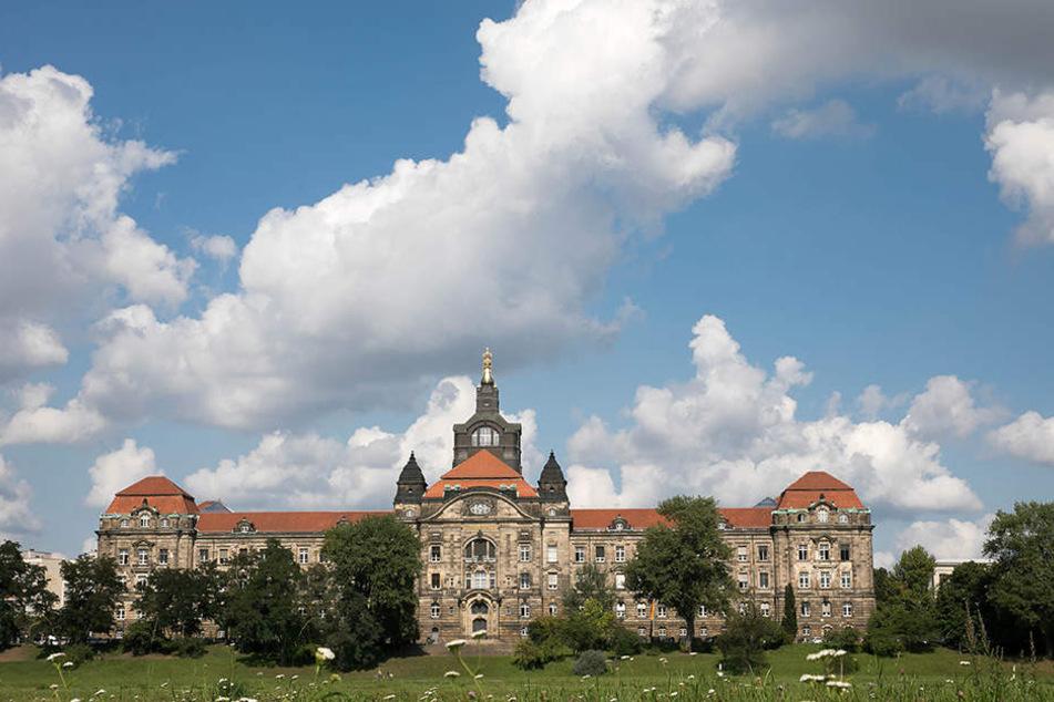 Dunkle Wolken über der Staatskanzlei. Läuft alles nach (CDU-)Plan, zieht hier im Dezember Michael Kretschmer (42) als nächster Ministerpräsident ein.
