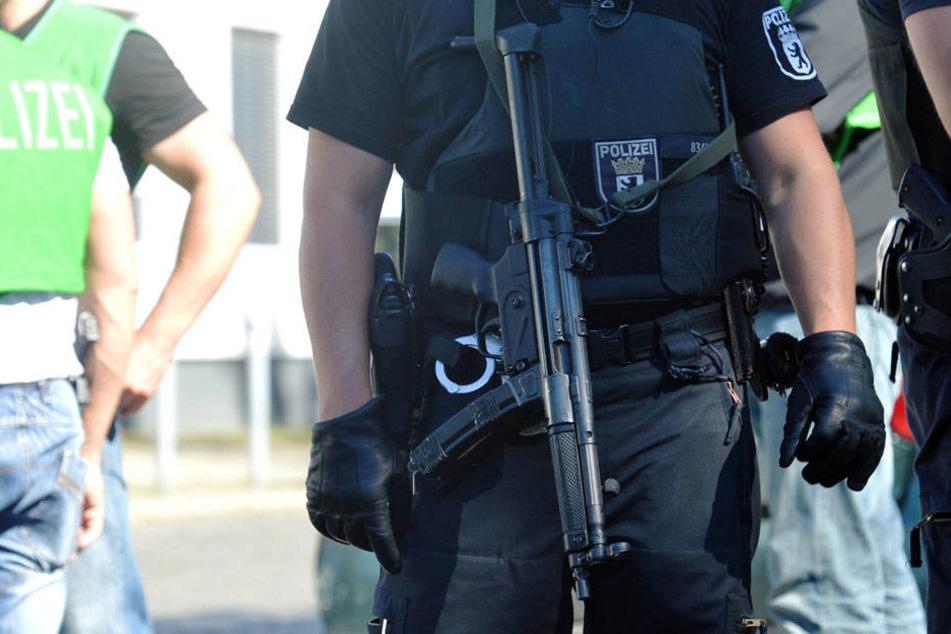 Eine Hundertschaft der Polizei hat den Tatort großräumig abgeriegelt.