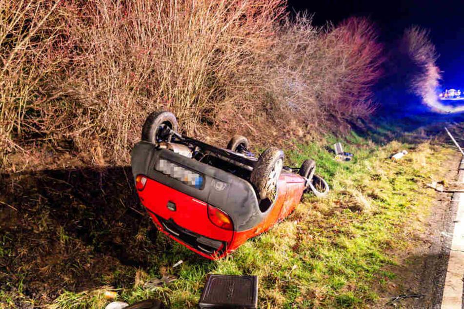 Da die Fahrerin vermutlich nicht angeschnallt war, wurde sie aus der Frontscheibe ihres Wagens geschleudert.