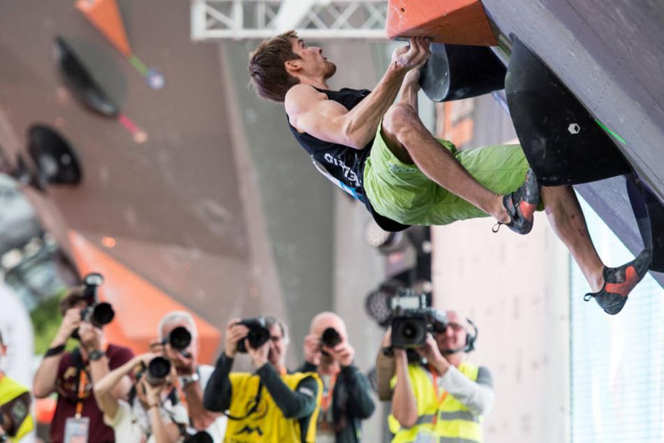 Jan Hojer (26) klettert bei der WM im Bouldern, dem Freiklettern ohne Sicherung.