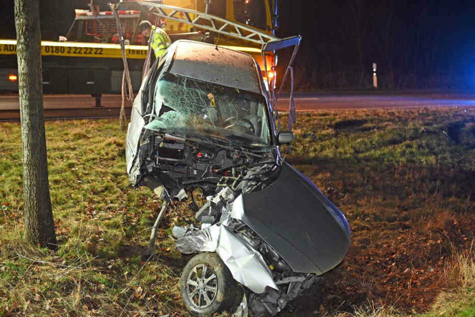 Bei der Bergung des Wracks fiel der Wagen beinahe in zwei Teile.