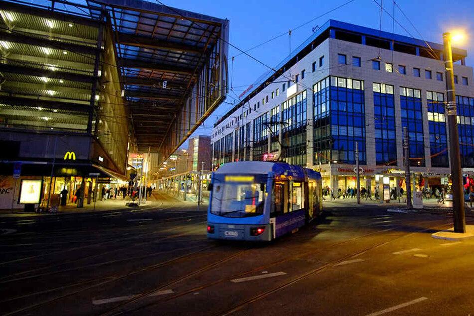 Im Chemnitzer Stadtzentrum schlug eine Jugendliche mit einer Flasche die Scheibe einer Straßenbahn ein. (Symbolbild)