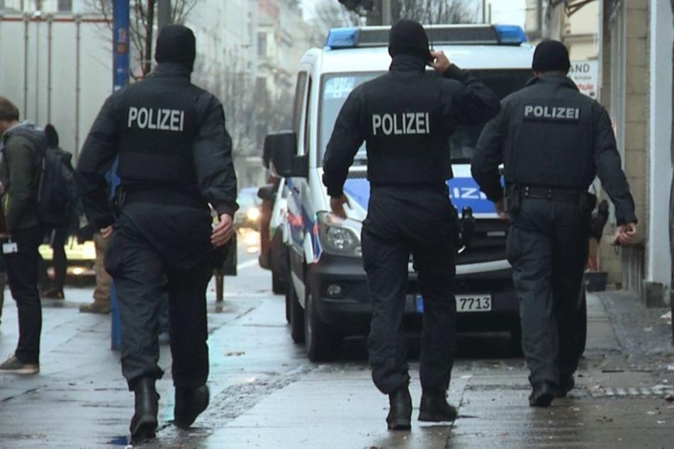 In der Alfred-Kästner-Straße beim Amtsgericht nahmen Polizisten am Dienstagmittag zwei Männer (20 und 25) fest. Einer der beiden trug eine Pumpgun bei sich. (Symbolbild)