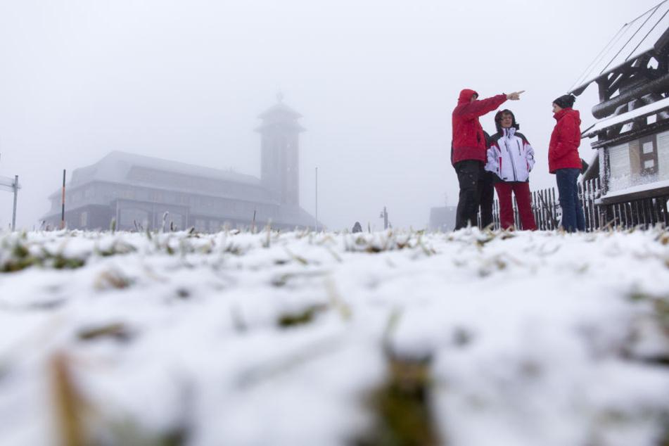 Der Fichtelberg zeigt sich am Wochenenden mit Neuschnee und Nebel.