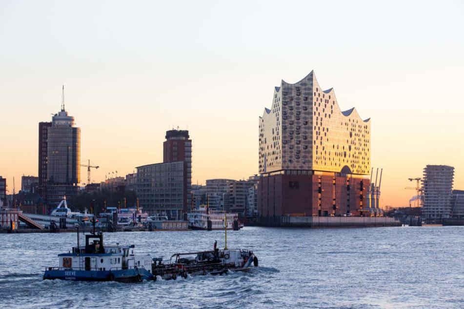 Die Elphilharmonie thront über dem Hamburger Hafen.