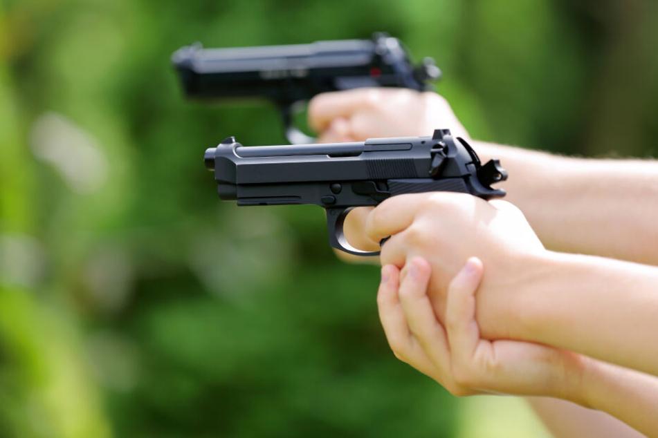 Die Polizei vermutet, dass eine Luftdruckpistole die Tatwaffe sein könnte (Symbolbild).