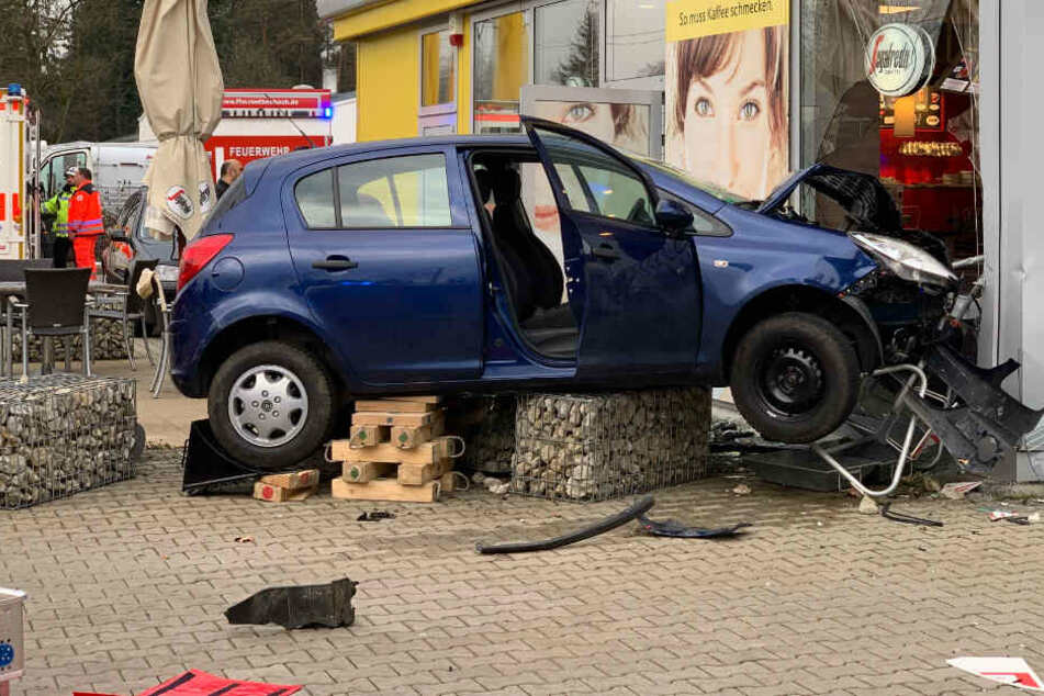 Medizinischer Zwischenfall? Opel kracht in Tankstellengebäude!