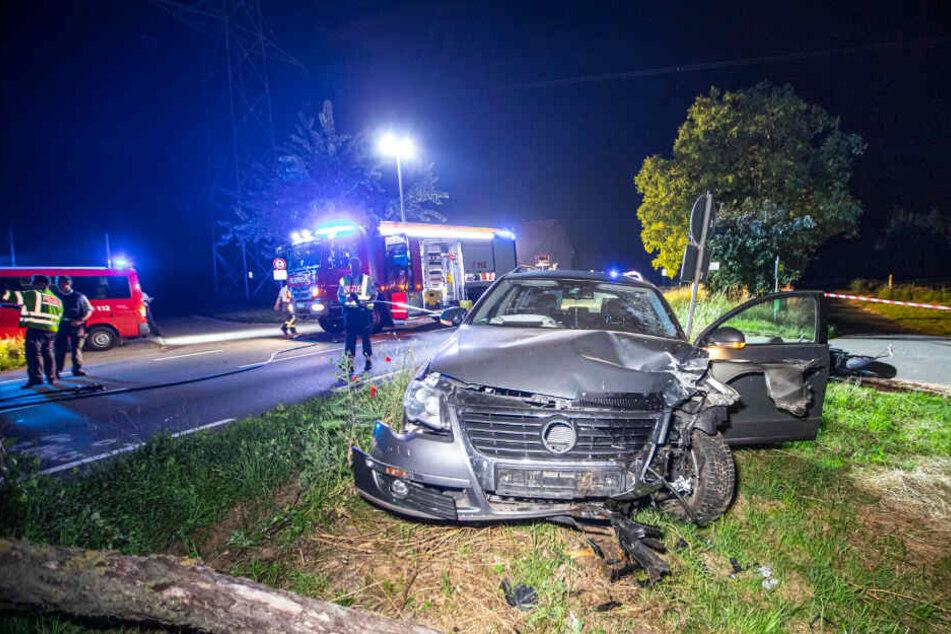 Der VW ist nach dem Unfall völlig demoliert.
