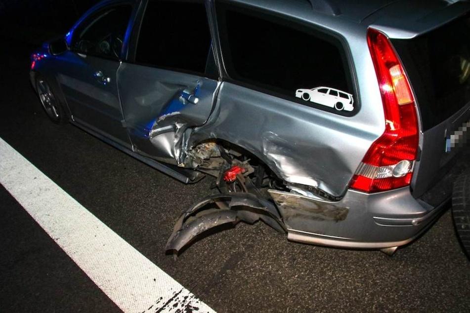Diesen Volvo-Kombi rammte der flüchtende Einbrecher auf der B96 bei Oranienburg.