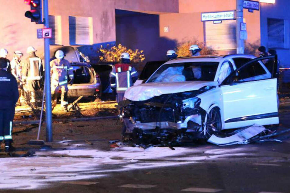 Mazda kracht nach Unfall gegen Hauswand, Männer lassen Schwerverletzte zurück