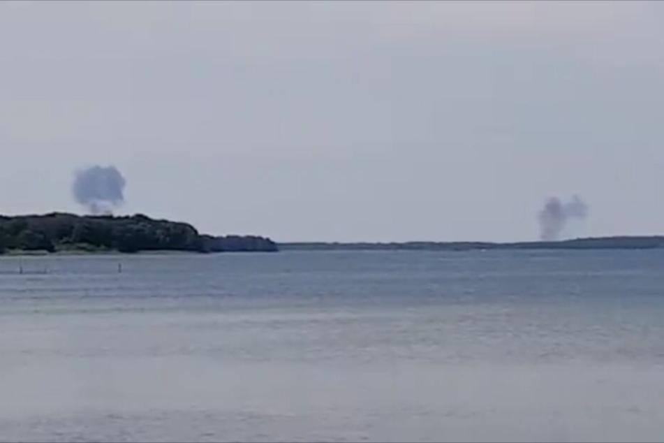 Zwei Rauchwolken steigen hinter dem nördlichen Fleesensee auf.