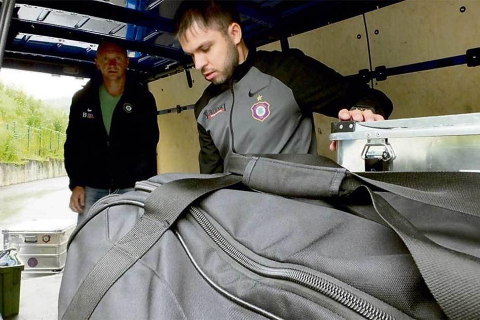 Die Team-Betreuer Tommy Käßemodel (v.) und Thomas Romeyke packten Dienstag in Aue die Taschen.