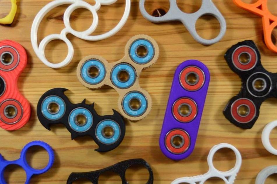 """Die """"Fidget Spinners"""" gibt es in verschiedenen Farben, Formen und Edel-Ausführungen. Wer will kann mehrere Hundert Euro für einen Kreisel hinlegen."""
