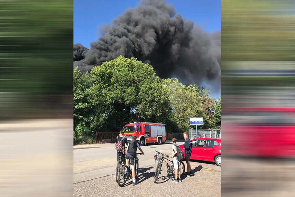 Der Brand soll sich auf einem alten Gewerbegebiet zutragen.